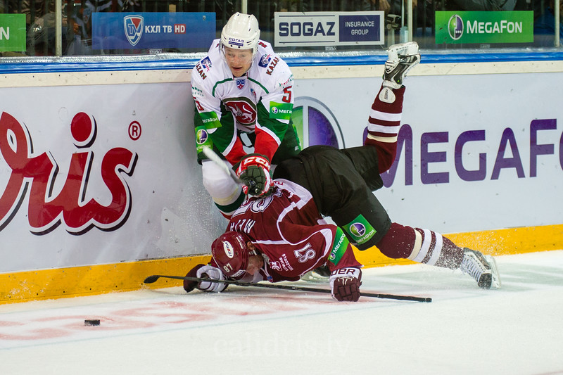 Nikulin Ilya (5) piespiež Gintu Meiju (87) pie ledus