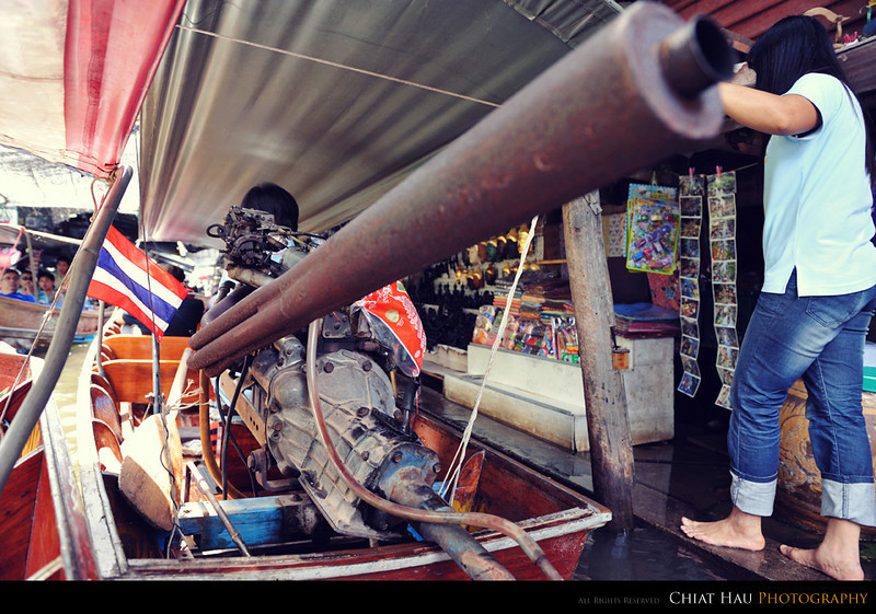 Yes it is pretty jam up... and I am this close to the boat exhaust... (it will blow me away~!)
