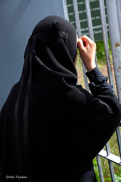 נזירה בכותל מוגרבים.jpg