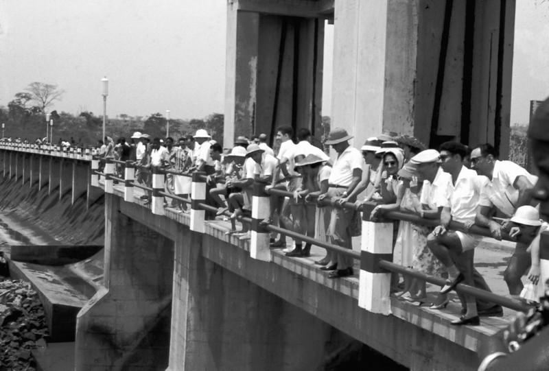 Barragem, Dundo, 1961  A construção da Barragem Hidroeléctrica de Luachimo data de 1950. Entrou em funcionamento em 1957.