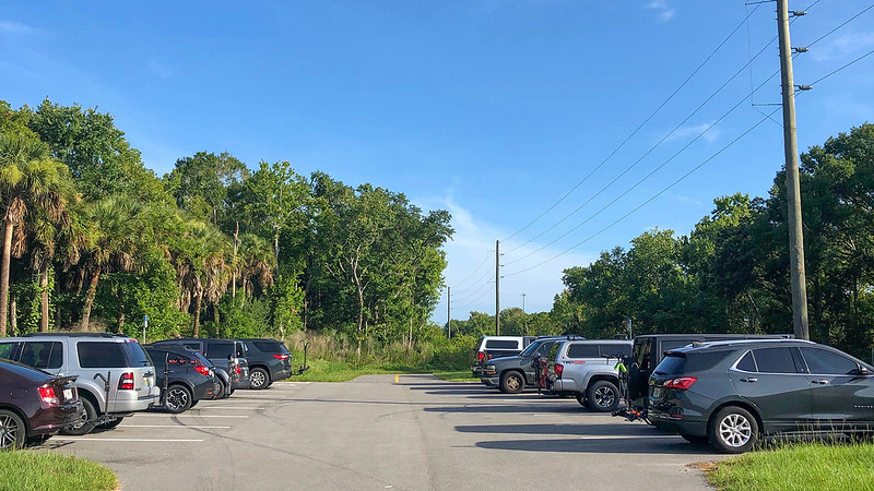 Cars parked at Aurantia trailhead
