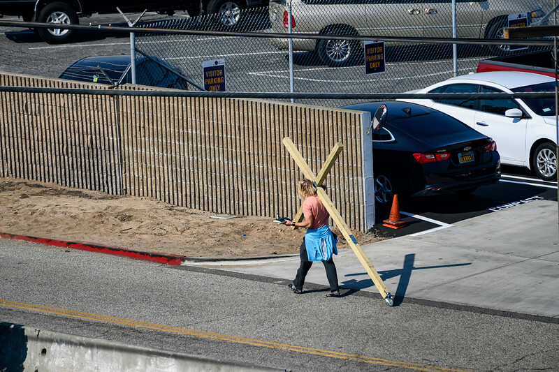 F20181111a113246_3281-BEST-LAX-Jésus avec croix marchant.jpg