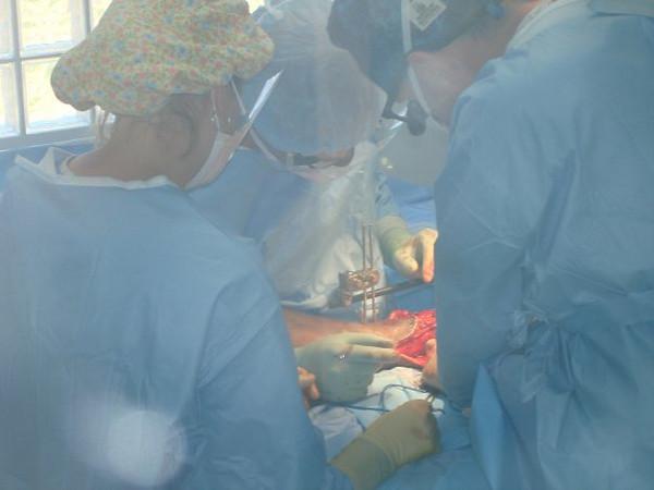 Crush injury surgery. Leikkaamassa murskaantumisvammoja.