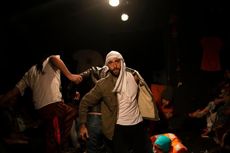 Allan Bravos - Fotografia de Teatro - Indac - Migraaaantes-186.jpg