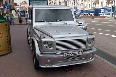 Nummerous big cars driving around in Kiev.