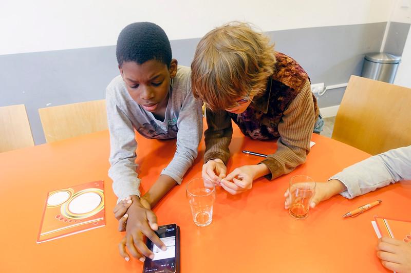 Nederland, Amsterdam, 12 juni 2017, Ali Reza wordt geinterviewd door leerlingen van de JM Coenenschool over  hoe hij in Nederland terecht kwam nadat hij in de jaren 80 uit Iran gevlucht was. Foto: Katrien Mulder
