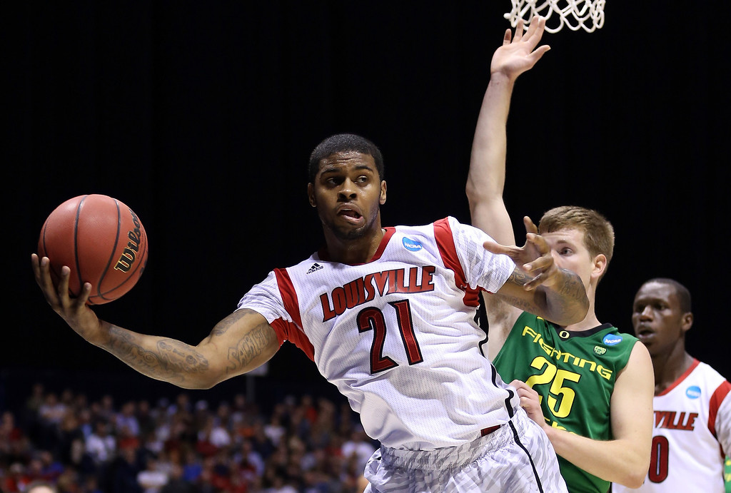 . Chane Behanan #21 of the Louisville Cardinals attempts to maintain control of the ball in the second half against E.J. Singler #25 of the Oregon Ducks during the Midwest Region Semifinal round of the 2013 NCAA Men\'s Basketball Tournament at Lucas Oil Stadium on March 29, 2013 in Indianapolis, Indiana.  (Photo by Streeter Lecka/Getty Images)