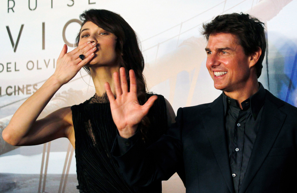 ". U.S. actor Tom Cruise poses with Ukrainian-born actress Olga Kurylenko (L) as they arrive on the red carpet for the world premiere of their movie ""Oblivion\"" in Buenos Aires March 26, 2013. REUTERS/Marcos Brindicci"