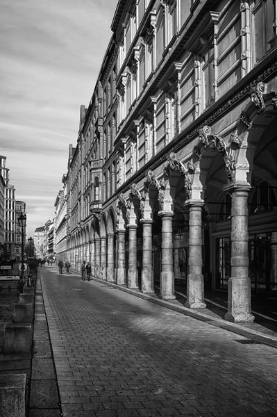 Hamburg Colonnaden in schwarz-weiß bei Sonnenschein