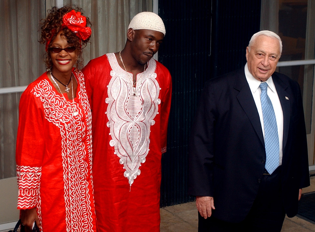 . U.S. singer Whitney Houston smiles next to her husband Bobby Brown during her meeting with Israeli Prime Minister Ariel Sharon at the Prime Minister\'s residence in Jerusalem, Tuesday, May 27, 2003. (AP Photo/Pier Paolo  Cito)