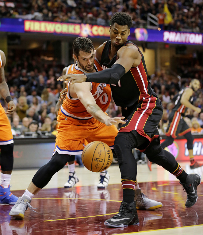 . Cleveland Cavaliers\' Kevin Love, left and Miami Heat\'s Hassan Whiteside battle for the ball in the second half of an NBA basketball game Friday, Dec. 9, 2016, in Cleveland. (AP Photo/Tony Dejak)