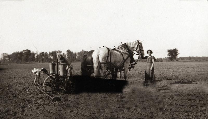Grandpa R & Aunt Julie Holding the Horses.JPG