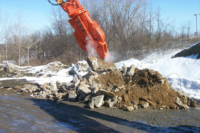 NPK M28G concrete pulverizer on excavator at Hansen-crushing concrete (8).JPG