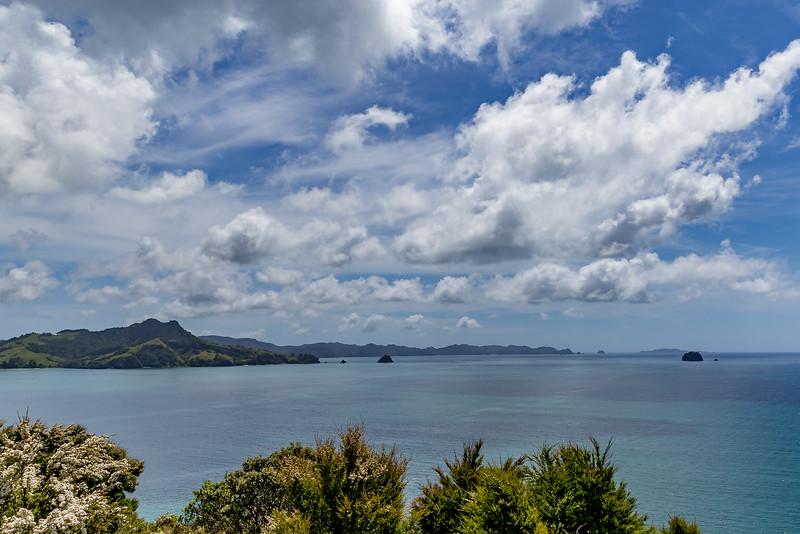 Blick vom Aussichtspunkt des Shakespear Cliffs in die Matapaua Bay