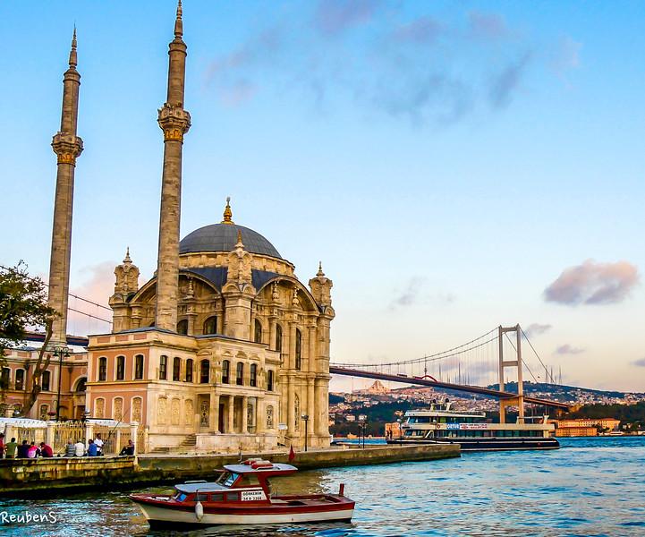 Kadikoy mosque boat.jpg