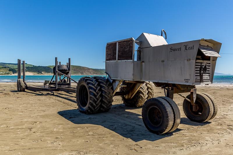 Aufgemotzter Traktor als Zugfahrzeug für das Boot