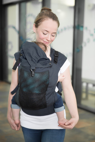 Izmi_Accessories_Lifestyle_Hood_Midnight_Blue_On_Midnight_Blue_Toddler_Carrier_Mum_Holding_Feet.jpg