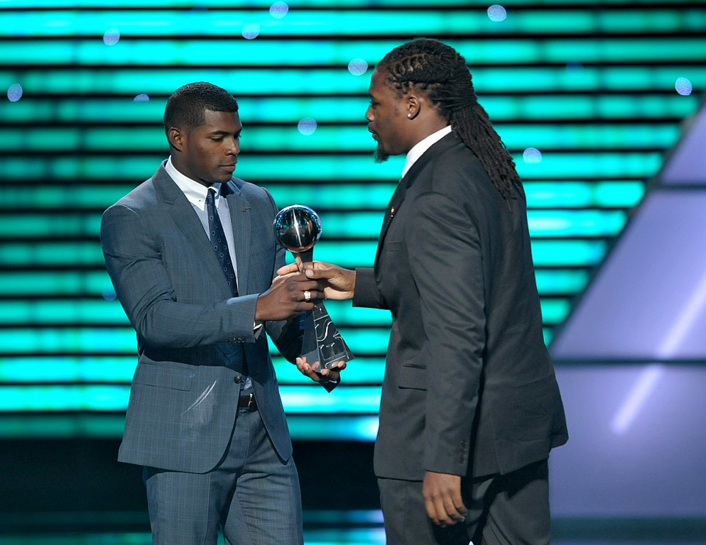 . MLB player Yasiel Puig presents the award for best play NFL player to Jadeveon Clowney at the ESPY Awards on Wednesday, July 17, 2013, at the Nokia Theater in Los Angeles. (Photo by John Shearer/Invision/AP)