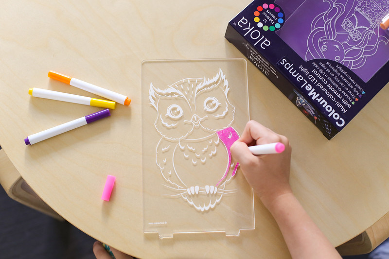 Aloka-ColourMe-LED-Owl-Luminous-distribution-with-Pens-lifestyle-8.jpg