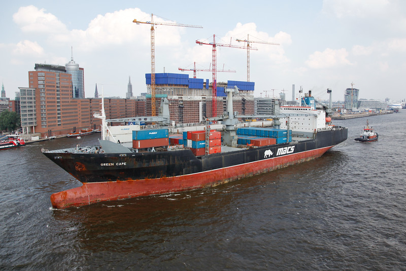 Containerschiff vor Baustelle Elbphilharmonie auf der Elbe Hamburg