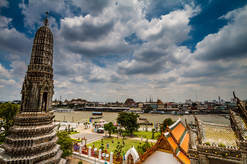 Nice life scene around Wat Arun.