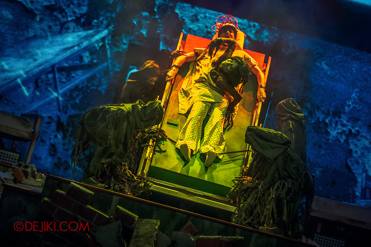 Universal Studios Singapore Halloween Horror Nights 8 - Infinite Fear Opening Scaremony Demon crawls out