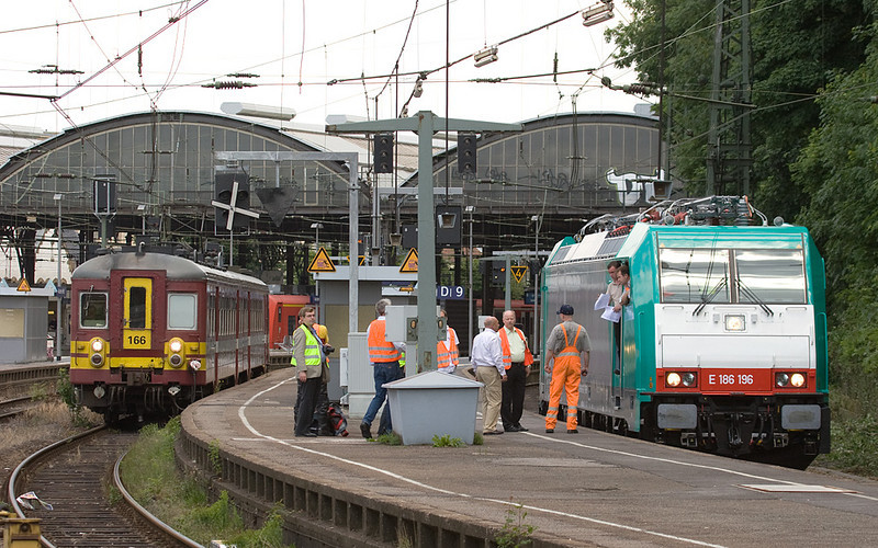 "The first of the ""official"" batch of 40 multi-system Traxxes for Belgium, E186 196, gets picked up by SNCB officials in Aachen Hbf."