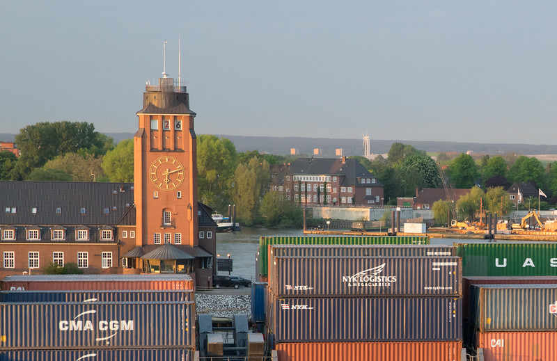 Container auf einem Containerschiff vor der lotsen Station Hamburg
