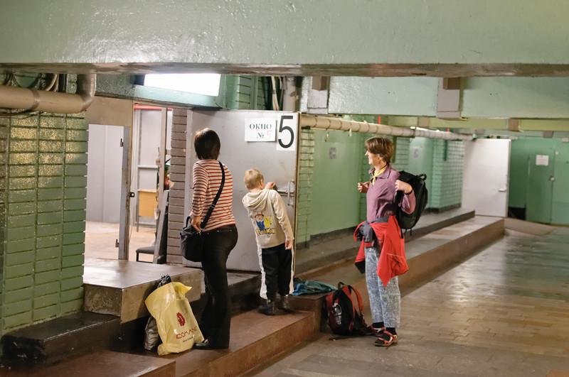 Wir holen unser Gepäck aus der Gepäckaufbewahrung.