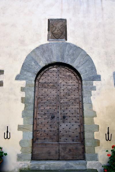 italy castle trebbio pazzi coat of arms cu.jpg