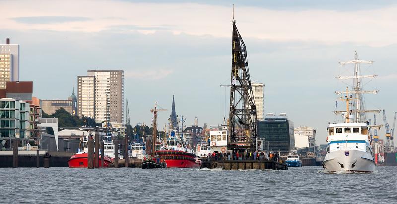 Schwimmkran auf der Elbe