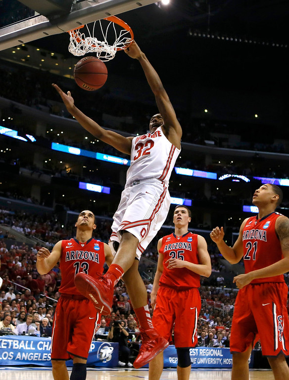 . Ohio State Buckeyes Lenzelle Smith, Jr. (32) slam dunks as Arizona Wildcats\' Nick Johnson (L), Kaleb Tarczewski (C) and Brandon Ashley (R) watch during the second half in their West Regional NCAA men\'s basketball game in Los Angeles, California March 28, 2013. REUTERS/Lucy Nicholson
