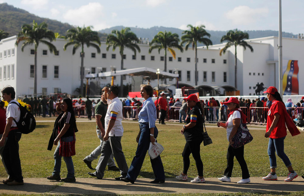 . Supporters of Venezuela\'s late President Hugo Chavez line up to view his body in state at the Military Academy in Caracas, March 7, 2013. Venezuelans flocked to pay tribute to Chavez two days after he died of cancer.    REUTERS/Tomas Bravo