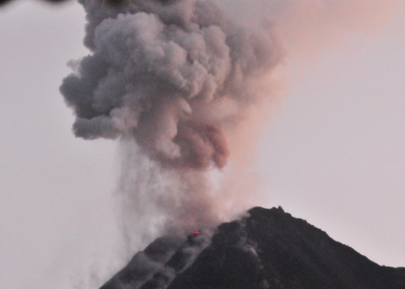 Z Volcano Arenal  Explosion.JPG