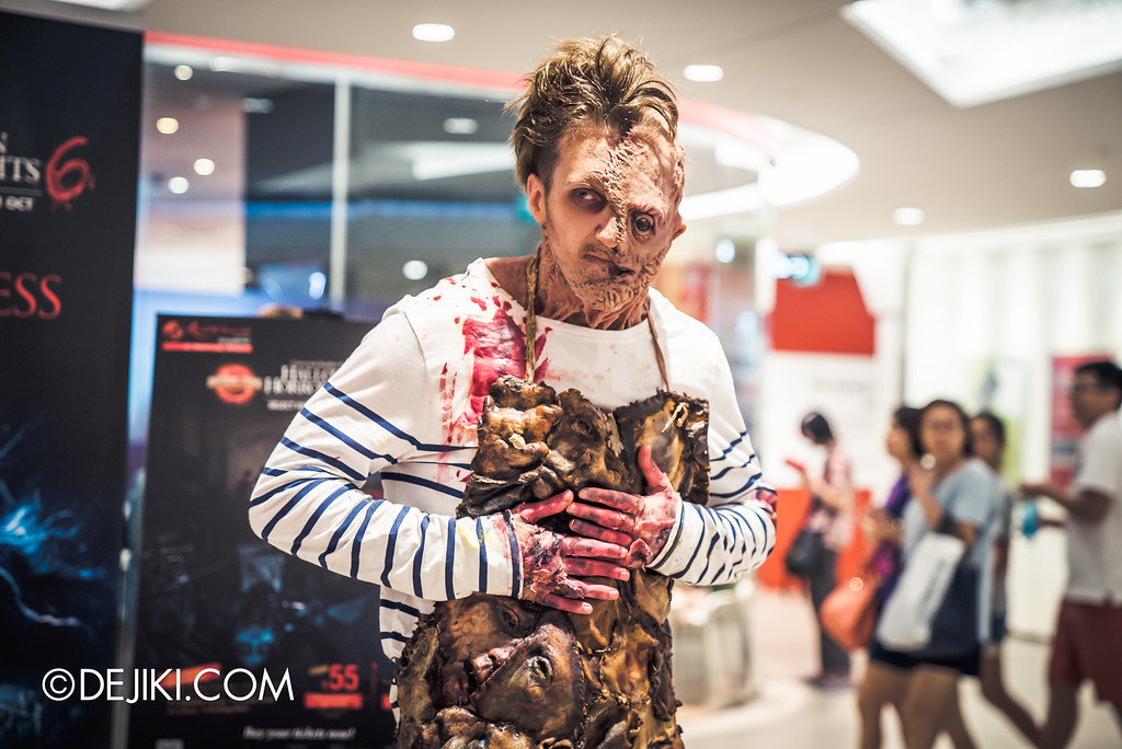 Universal Studios Singapore - Halloween Horror Nights 6 Before Dark Day Photo Report 3 - Scareactors at the Malls / Damien Shipman holding flesh apron