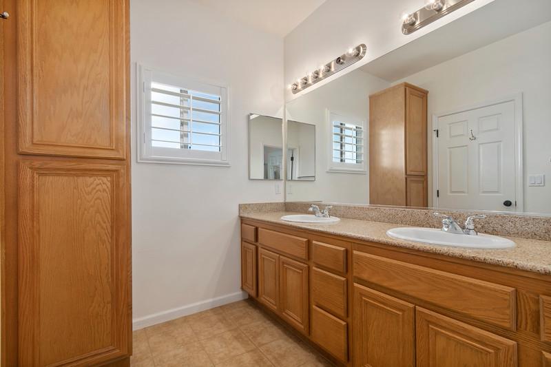 299 Montebello Oaks 36 Master Bath.jpg