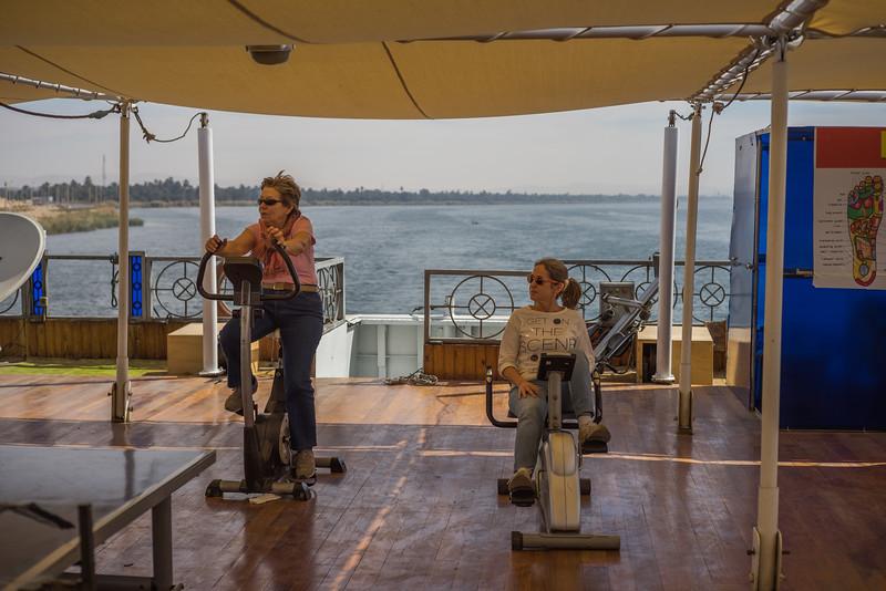 Celia y Maky pedaleando sobre el Nilo