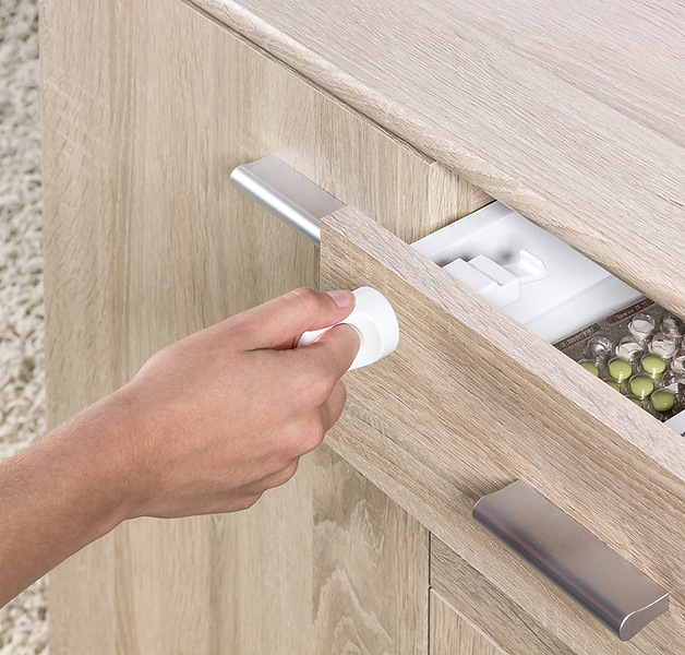 Fred_Home_Safety_Invisible_Magnet_Lock_Lifestyle_white_closeup.jpg