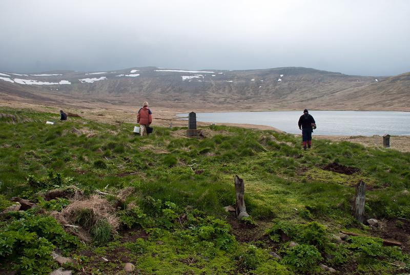 Oddur, Guðmunda og Jón Heimir að störfum í kirkjugarðinum