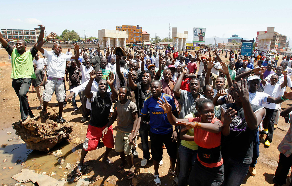 . Supporters of Kenyan Prime Minister Raila Odinga chant slogans before the announcement of the presidential election results in Kenya\'s western town of Kisumu, 350 km (218 miles) from the capital Nairobi March 9, 2013. REUTERS/Thomas Mukoya