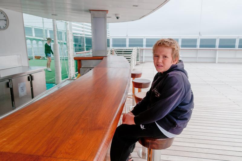 Richard an der Regatta Bar auf Deck 13. Es ist etwas kalt hier und deswegen hat die Bar leider geschlossen.