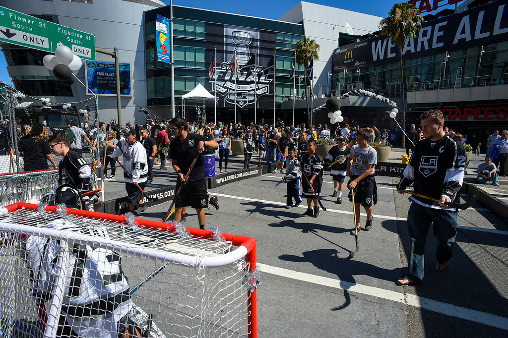 . Fans warm up with a game of hockey outside of Staples Center before the start of Game 1 of the Stanley Cup Finals.   ( Photo by David Crane/Los Angeles Daily News )
