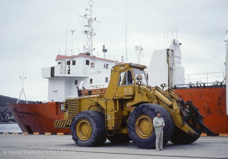 Lasteskip som skal heise ombord en truck som muligens ble solgt fra Kiruna. Foran sjefen for logistikk-firmaet som formidlet handel og/eller turen.