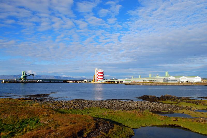Álverið í Straumsvík - töluverður hávaði var frá þvi við upphaf og lok göngu
