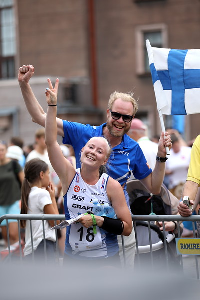 Anna Närhi ja suurlähettiläs Olli Kantanen.