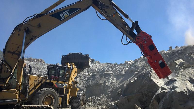 NPK GH15 hydraulic hammer on Cat excavator (1).jpg