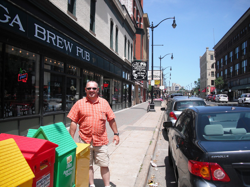 2009-07-11 Chris Parker outside the Bodega Brew Pub in La Crosse WI.JPG