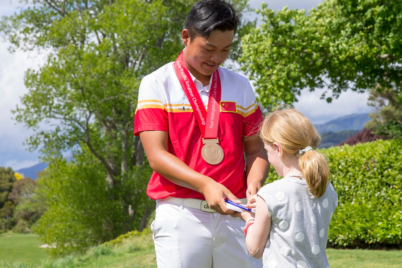 Yuxin Lin from China signing an autograph for a young fan after winning the Asia-Pacific Amateur Championship tournament 2017 held at Royal Wellington Golf Club, in Heretaunga, Upper Hutt, New Zealand from 26 - 29 October 2017. Copyright John Mathews 2017.   www.megasportmedia.co.nz