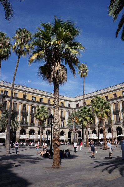 Placa Reial. A large courtyard along the Las Ramblas streets.