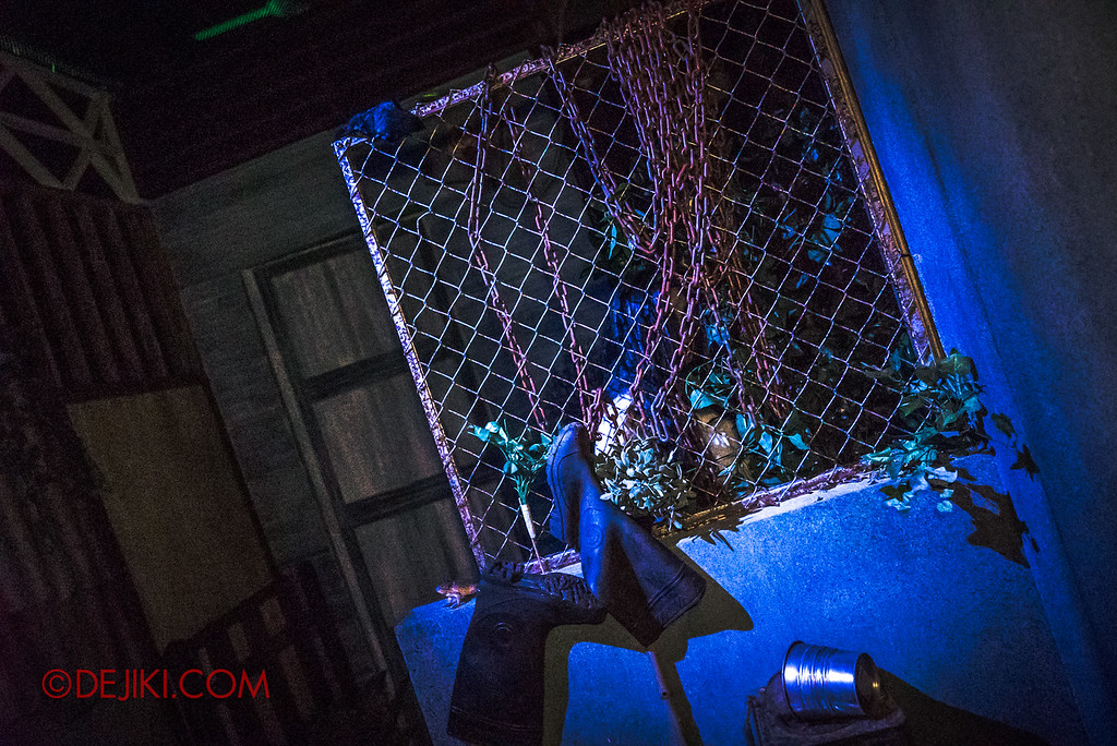 USS Halloween Horror Nights 8 – Pontianak haunted house – Scares from the back alley